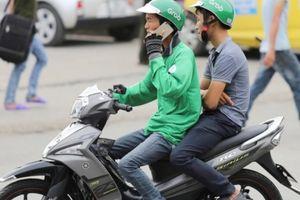 Xử nghiêm lái xe Grab Bike sử dụng điện thoại khi lái xe