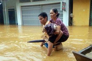 Mưa lớn gây sạt lở và ngập lụt, nhiều địa phương bị cô lập
