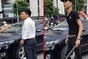 Người đàn ông giơ thẻ đỏ bị thanh niên cầm điếu cày đánh đã được xuất viện