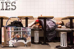 Nghịch cảnh người dân Hồng Kông có nhà vẫn đi ngủ nhờ nhà hàng