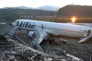 Máy bay Nga trượt khỏi đường băng, bốc cháy và điều kỳ diệu...