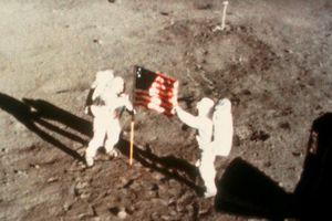 Phim về Neil Armstrong gây tranh cãi vì bỏ màn cắm cờ Mỹ lên Mặt trăng