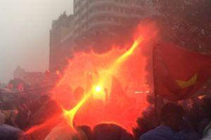 CĐV Sài Gòn đốt pháo sáng, nhảy múa trong mưa
