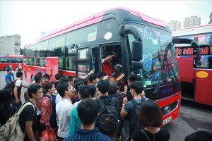 Người dân lỉnh kỉnh đồ đạc, tấp nập rời thủ đô về quê nghỉ lễ Quốc khánh