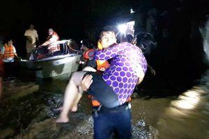Thanh Hóa: Cảnh sát cứu hộ, cứu nạn ăn tạm bánh mì trắng đêm giải cứu người dân mắc kẹt trong rốn lũ