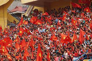 Hàng nghìn người đội mưa cổ vũ Olympic Việt Nam