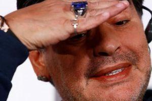 Huyền thoại bóng đá Maradona hồn nhiên... khoe ngực nơi công cộng