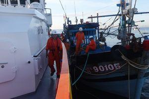 Cứu sống 6 ngư dân gặp nạn gần quần đảo Hoàng Sa