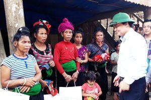 Bộ trưởng Phùng Xuân Nhạ thăm và tặng quà thầy trò vùng lũ huyện Mai Sơn, tỉnh Sơn La