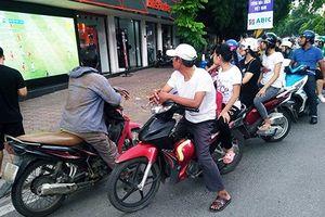 Xúc động người hâm mộ đứng đường theo dõi U23 Việt Nam - U23 UAE