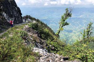 Leo đỉnh núi đá cao hơn 1.700 m để gieo con chữ