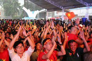 Giới trẻ gác lại công việc cổ vũ Olympic Việt Nam