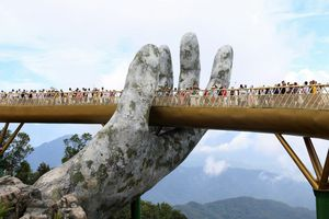 Cầu Vàng Đà Nẵng đông nghịt du khách
