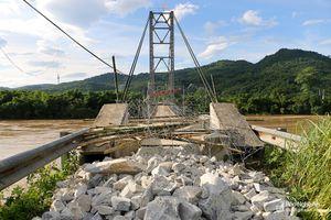 Lũ dâng cao, huyện Con Cuông cấm người dân qua cầu Chôm Lôm