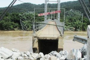 Nghệ An: Sập đường dẫn lên cầu trong lũ, gần 500 hộ dân bị cô lập