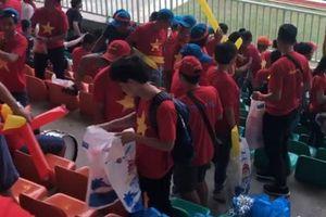 Cổ động viên Việt Nam nán lại nhặt rác sau trận thua UAE