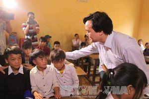 Bộ trưởng Phùng Xuân Nhạ thăm trường học bị lũ tại Sơn La