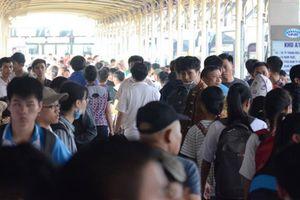 Người dân 'nêm chặt' các bến xe rời Thủ đô về quê nghỉ lễ