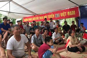 Hàng xóm ùn ùn kéo đến nhà Quang Hải xem bóng đá và cổ vũ cho tuyển U23 Việt Nam