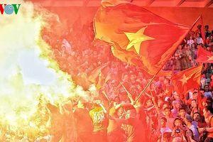 'Biển người' mở hội trên sân Hàng Đẫy cổ vũ Olympic Việt Nam