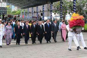 Lãnh đạo TP Hồ Chí Minh dâng hương tưởng niệm Chủ tịch Hồ Chí Minh và Chủ tịch Tôn Đức Thắng