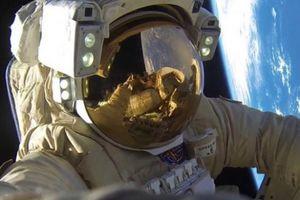 Bất ngờ vật dụng phi hành gia Nga dùng để bịt vết nứt tàu vũ trụ