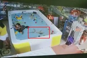 Bé chết đuối ở hồ bơi vì mẹ mải làm điều không thể tin