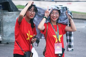 Bất chấp trời mưa, CĐV nô nức đến sân Mỹ Đình chờ đón Olympic Việt Nam