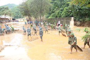 Quân dân không quản ngày nghỉ lễ dọn dẹp bùn lũ trước ngày khai giảng