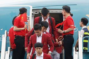 Olympic Việt Nam trong vòng tay gia đình khi trở về Hà Nội
