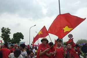Hàng nghìn CĐV đánh trống, vẫy cờ chào đón Olympic Việt Nam