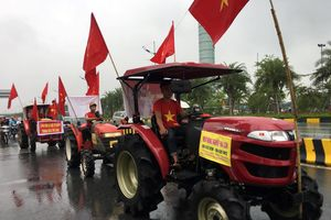 Lái máy cày đi đón Olympic Việt Nam