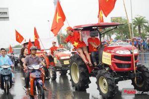 CĐV lái 4 chiếc máy cày đi đón Olympic Việt Nam