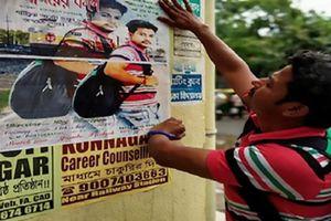 Nam thanh niên miệt mài dán 4.000 tấm poster mong gặp lại 'tình yêu sét đánh'