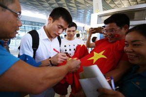 Người hâm mộ vây kín sân bay Jakarta chào đón các cầu thủ U23 Việt Nam