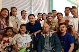 Diễn viên Lê Bình, Mai Phương nghẹn ngào khi ca sĩ Đàm Vĩnh Hưng, Lệ Quyên đến bệnh viện thăm và trao tiền quyên góp