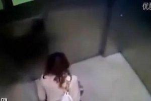 Sốc: Clip cô gái vén váy đi đại tiện trong thang máy