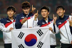 Son Heung Min và dàn cầu thủ Hàn Quốc hớn hở nhận huy chương Vàng