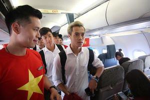 Dàn cầu thủ Olympic Việt Nam diện sơ mi trắng bảnh bao lên máy bay về nước