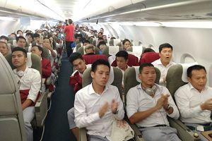 Đoàn TTVN và Olympic Việt Nam hân hoan khi máy bay hạ cánh xuống Nội Bài