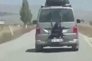 Buộc con đằng sau xe rồi vô tư lái, ông bố bị cảnh sát truy lùng