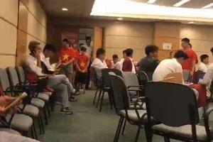 VIDEO Trực tiếp: Olympic Việt Nam về Hà Nội trong sự chào đón của hàng nghìn CĐV