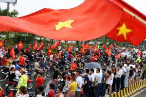 Hàng ngàn người hâm mộ đội mưa đợi Olympic Việt Nam nhưng 'việt vị'