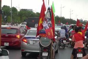 Clip: Dòng người như nêm đi đón Olympic VN, đường vào trung tâm Hà Nội tắc cứng