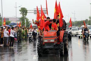 Người hâm mộ lái máy cày đi đón Olympic Việt Nam