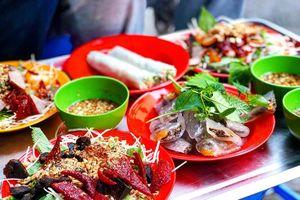 Tranh thủ thưởng thức ẩm thực đường phố Hà Nội nhân ngày lễ vắng vẻ