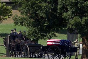 Hành trình cuối cùng của John McCain - an nghỉ cạnh người bạn thân