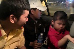 Cảnh sát giao thông tìm mẹ giúp bé trai 5 tuổi đi lạc ở Sài Gòn