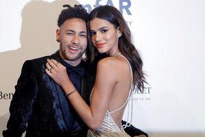 Bạn gái Neymar khoe thân hình nóng bỏng 'hút mắt' trên thảm đỏ LHP Venice