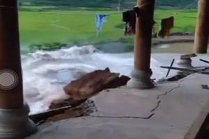Kinh hoàng khoảnh khắc ngôi nhà đổ sụp xuống sông ở Điện Biên